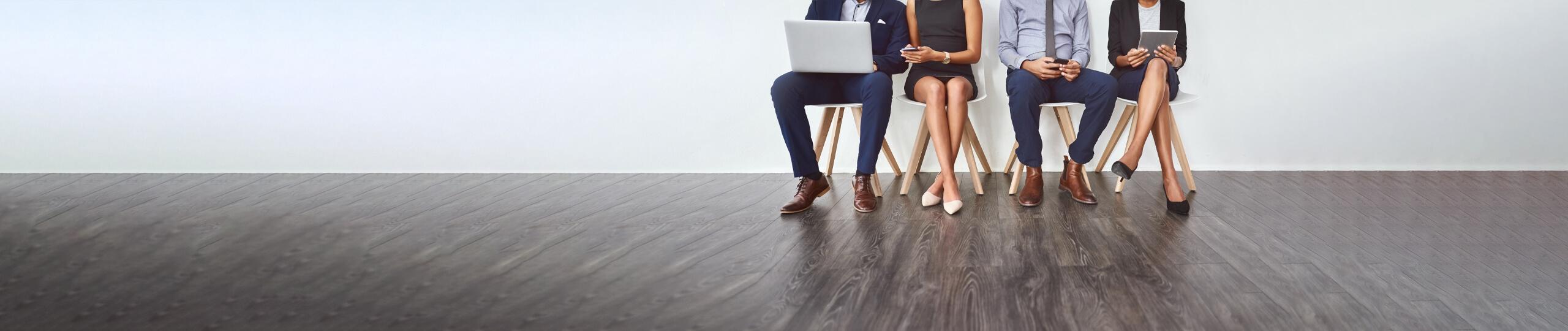 Büroangestellte – auf Stühlen sitzend