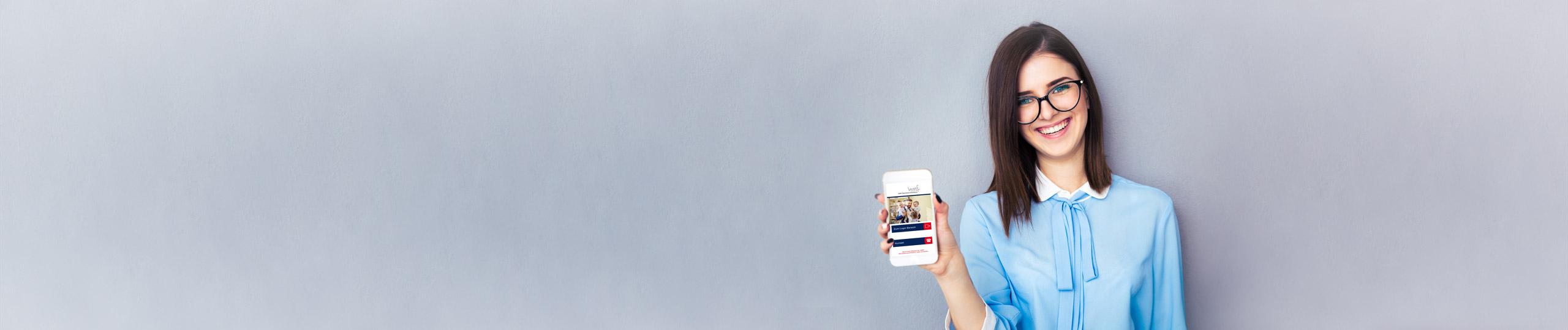 Frau mit Brille hält Smartphone in die Kamera