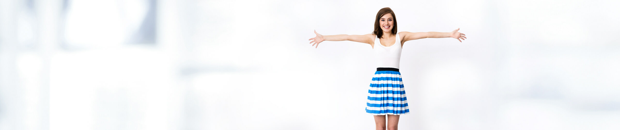 Braunhaarige Frau mit offenen Armen