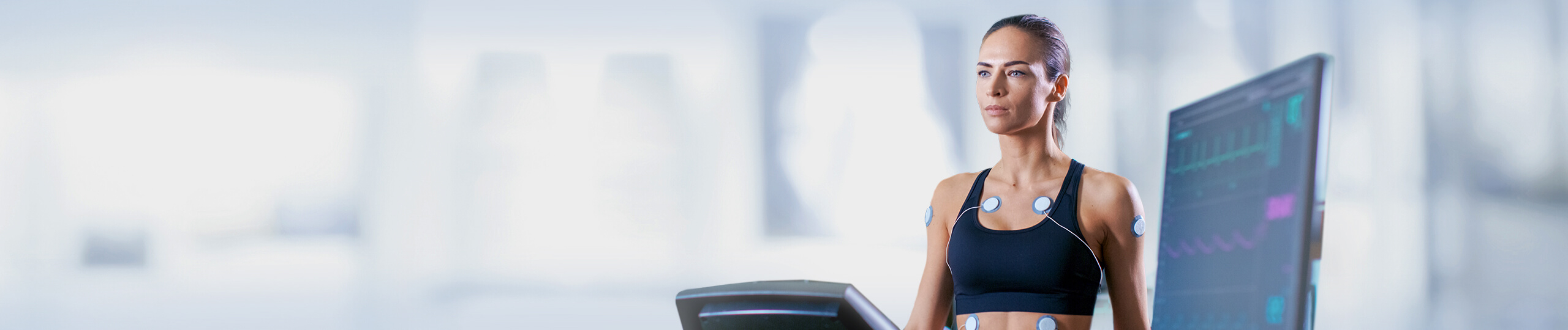 Junge Frau lässt eine sportmedizinische Untersuchung an sich durchführen