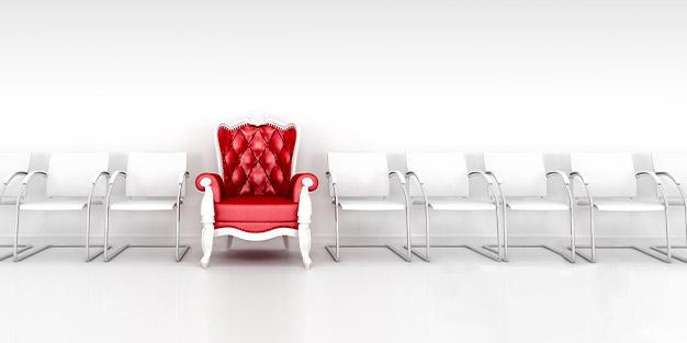 Roter Thron zwischen vielen weißen Stühlen